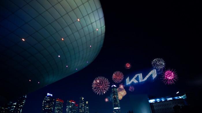 Show com 303 drones lançando fogos de artifício simultaneamente (vídeo)